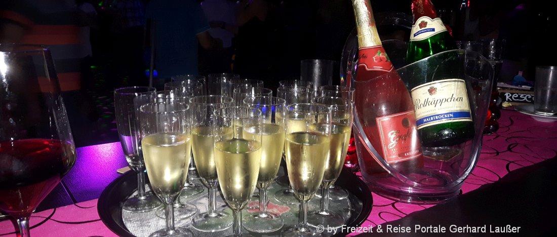 partyurlaub-feiern-sekt-trinken-disco-disco-tanzen